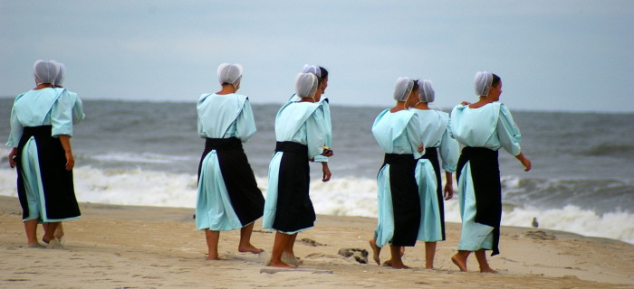 Amish-Women-at-Chincoteague--700x320